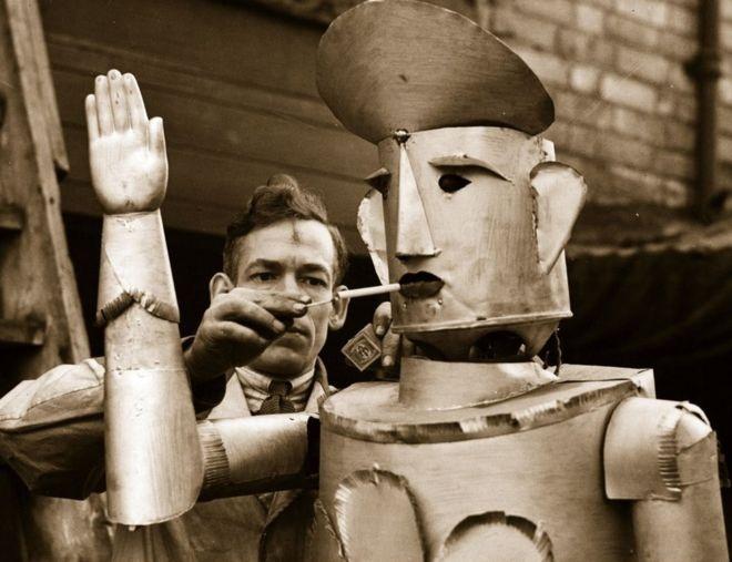 Robot từ 80 năm trước đã biết xem bói, hút thuốc và điều khiển giao thông - post